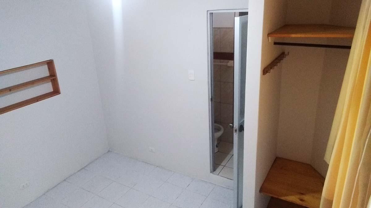 Ingreso, baño y zona cuarto interior - Mono Ambiente 2do Piso en Pueblo Libre - CasasDepasyCuartos.com