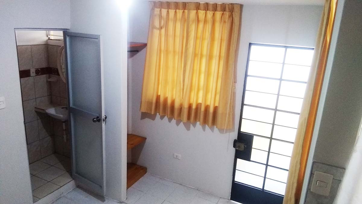 Ingreso Monoambiente Puerta Armario y Baño desde Kitchen - CasasDepasyCuartos.com